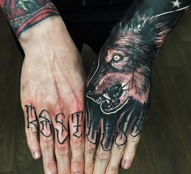 тату волк на ладони