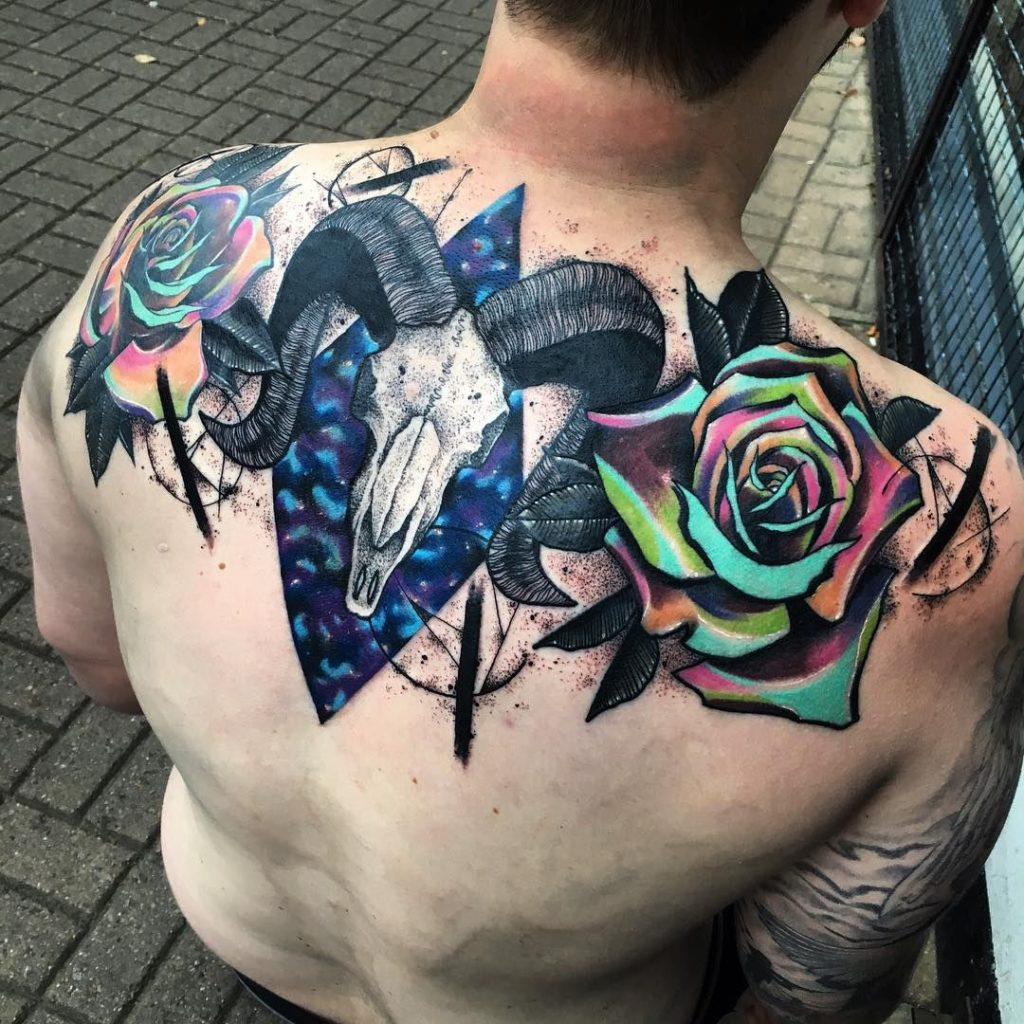 тату розы на спине череп