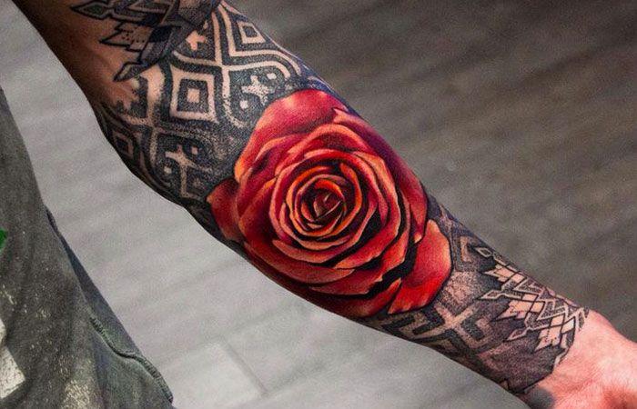 красная роза на руке фото