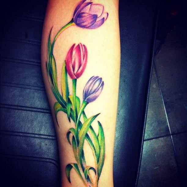 20 красивых тату тюльпан для девушек4