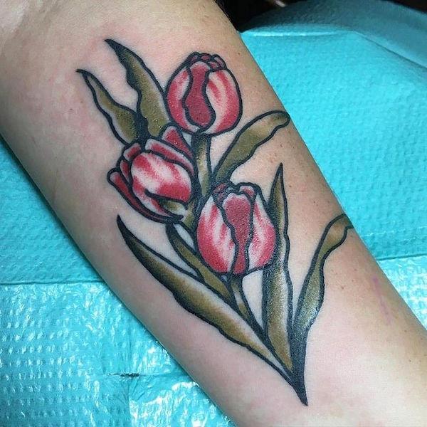 20 красивых тату тюльпан для девушек17