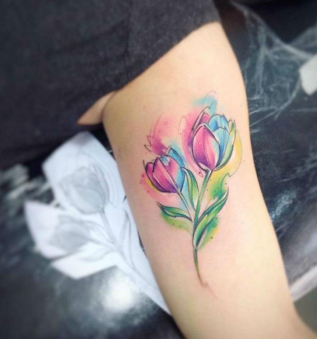 20 красивых тату тюльпан для девушек13